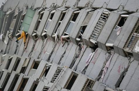 Al menos 12 muertos tras colapso de edificio en Taiwán