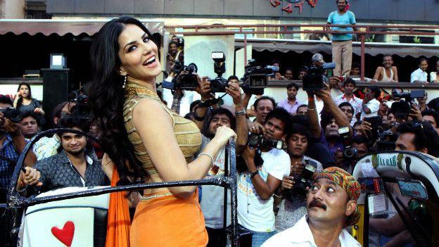 Miles de indios defienden públicamente a la exactriz porno Sunny Leone