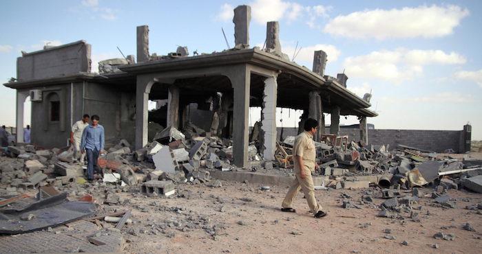 MOH04. TRÕPOLI (LIBIA), 10/08/2011.- Varios hombres observan una construcciÛn destruÌda durante un bombardeo de la OTAN hoy, miÈrcoles 10 de agosto de 2011, despuÈs del ataque sobre TrÌpoli. La OTAN centrÛ en las ˙ltimas horas sus ataques sobre Libia en TrÌpoli donde destruyÛ un buen n˙mero de dispositivos de defensa antiaÈrea del rÈgimen de Muamar el Gadafi. EFE/STR/FOTOGRAFÕA TOMADA DURANTE UN RECORRIDO CON EL GOBIERNO