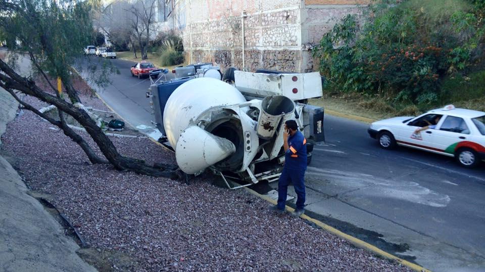 Vuelca camión tipo revolvedora en Aguascalientes