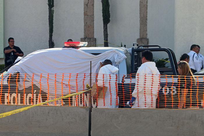 GUADALAJARA, JALISCO, 24FEBRERO2016.- Cuando viajaban en la patrulla numero 1703 de la corporación de Seguridad Ciudadana de Tlaquepaque, el Director Operativo, Francisco Alejo Rodríguez y sus dos escoltas fueron ejecutados a balazos, esta tarde a las afueras del Motel Los Pinos, que se ubica en la Avenida Revolución casi al cruce de la Avenida Lázaro Cárdenas en el municipio de TlaquepaqueFOTO : FERNANDO CARRANZA GARCIA / CUARTOSCURO.COM