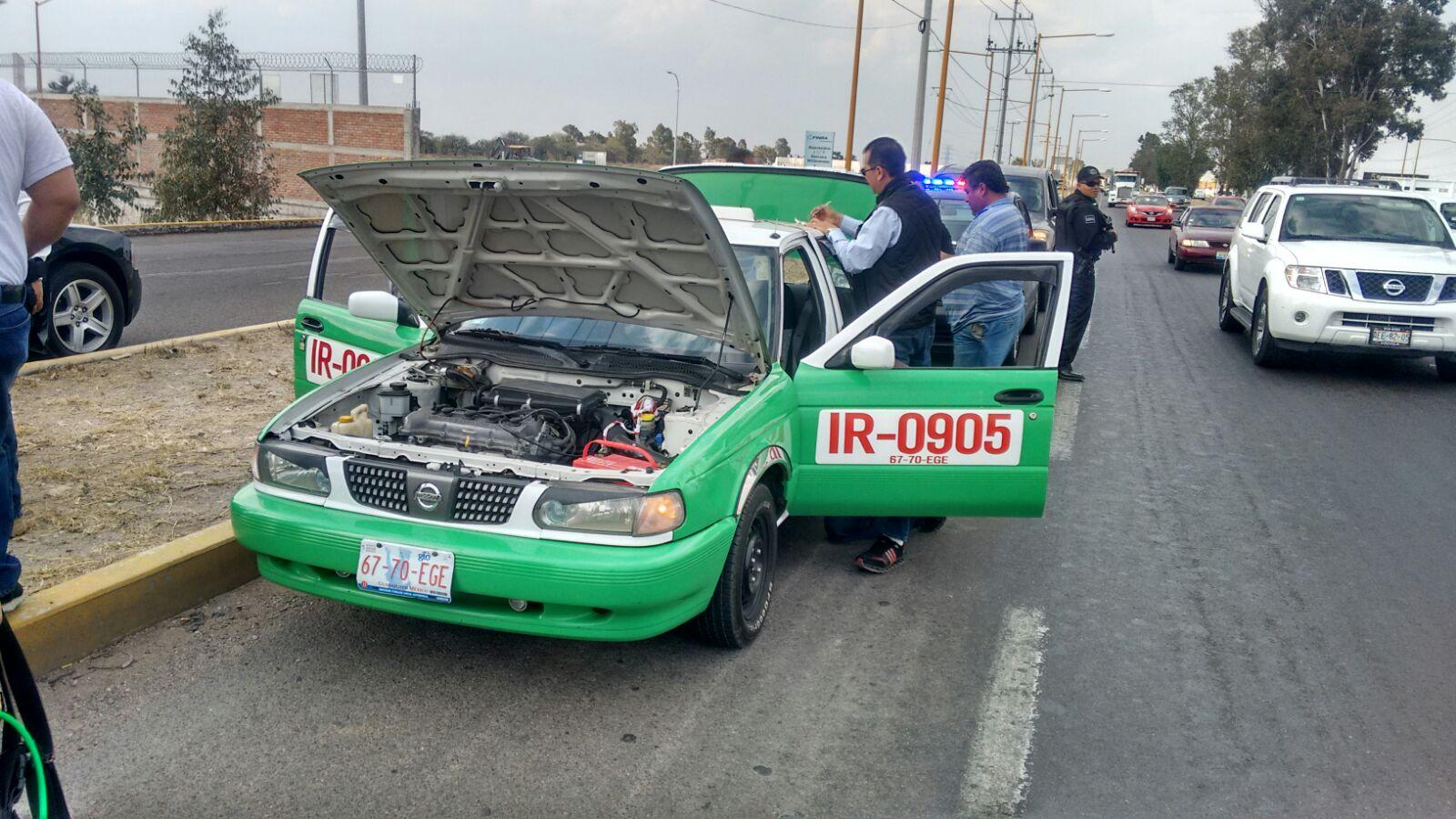 Detienen a sujetos de Irapuato, con taxi, por amenazar con perro Pitbull