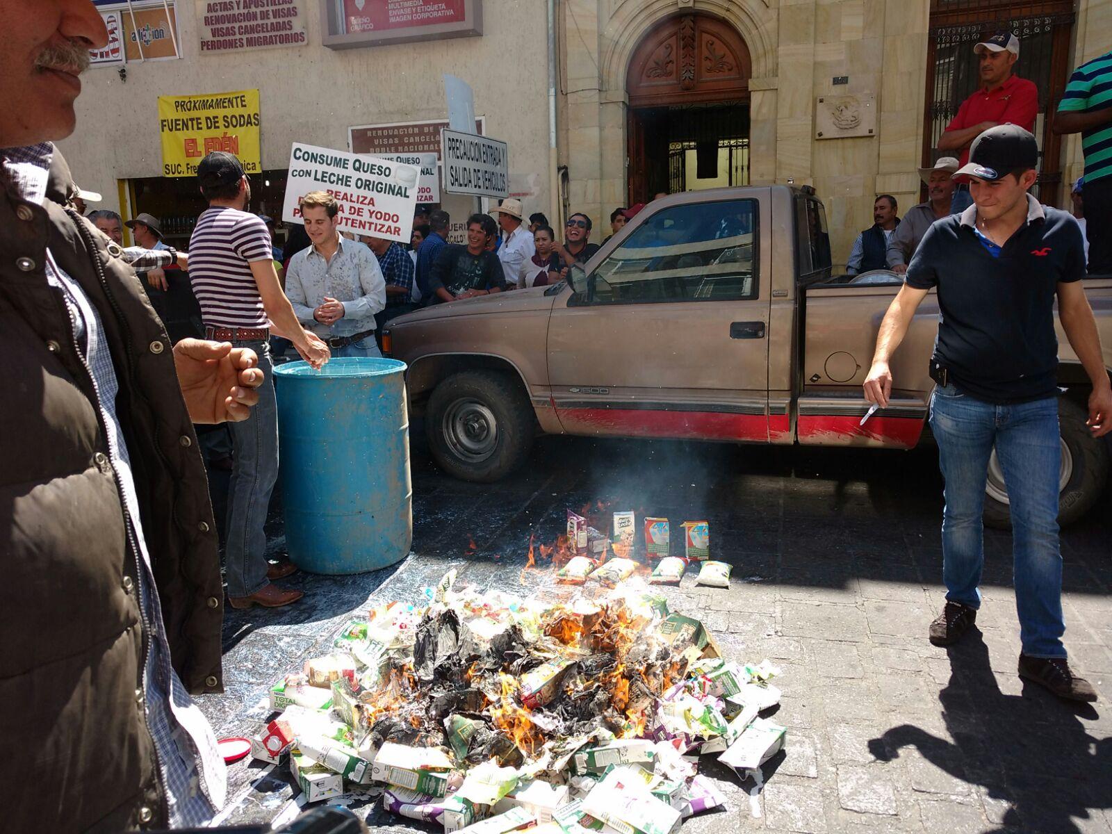 Se manifiestan lecheros y productores de queso en Aguascalientes