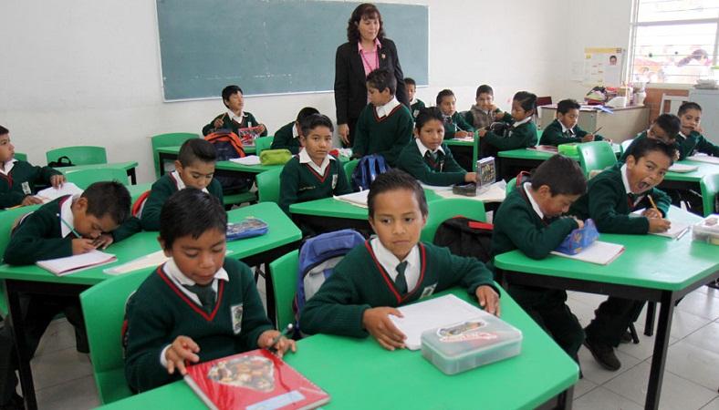 TOLUCA, México.- Miles de niños  regresaron a clases este día correspondiente al ciclo escolar 2010-2011, algunos con flojera y otros con llanto tuvieron que  levantarse temprano para poder llegar puntualmente a sus clases, los de nuevo ingreso se encontraban desconcertados por su nueva etapa. Agencia MVT / Crisanta Espinosa. (DIGITAL)