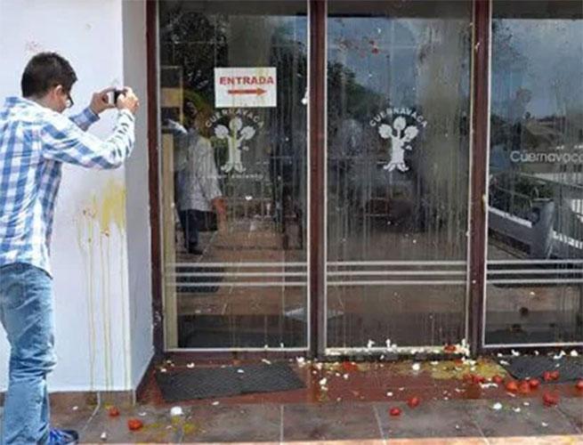 "A ""huevazos"" y ""jitomatazos"" atacan alcaldía por incumplimiento de Cuauhtémoc Blanco"