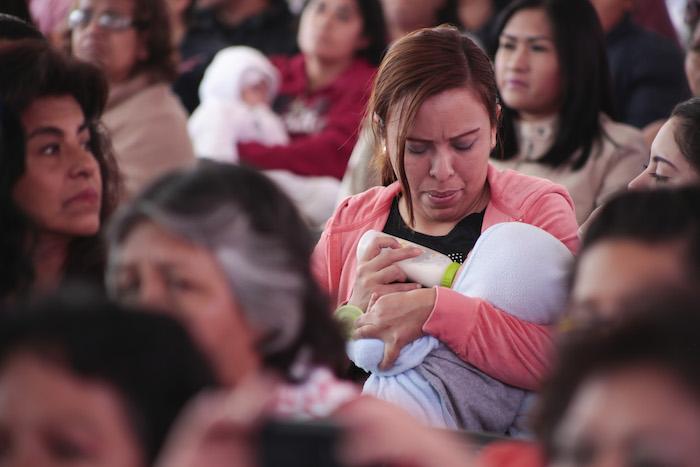 """CIUDAD DE MÉXICO, 18FEBRERO2016.-Madres de familia asistieron al cuarenta aniversario del Centro de Desarrollo Comunitario DIF, """"Venustiano Carranza"""". El evento se llevo a cabo en las instalaciones de la delegación y fue presidido por el secretario Gamaliel Martínez Pacheco, titular del DIF en la ciudad de México. FOTO: JOSÉ ROBERTO GUERRA /CUARTOSCURO.COM"""