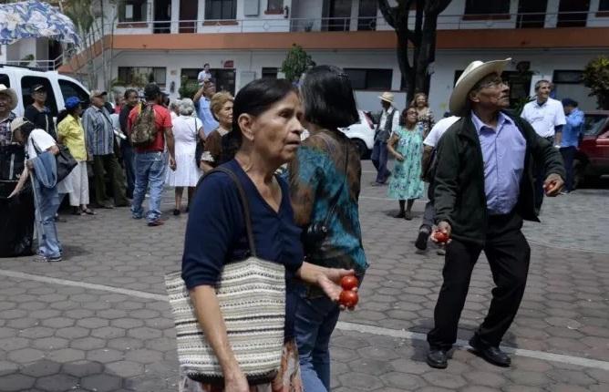 Habitantes de Cuernavaca arrojan jitomatazos a oficina de Cuauhtémoc Blanco