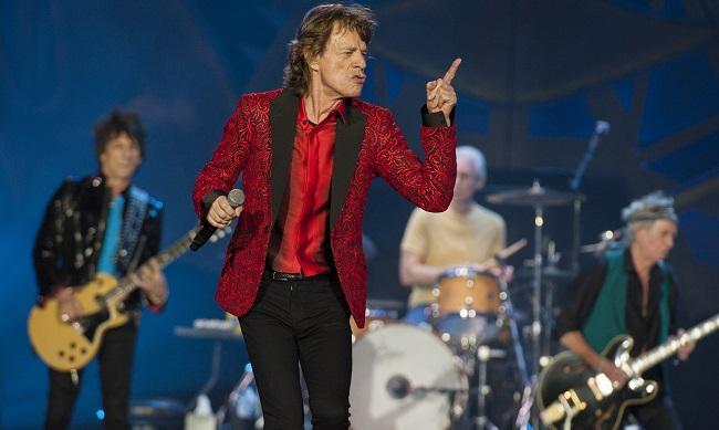 """En esta foto del 4 de julio del 2015, Ronnie Wood, Mick Jagger, Charlie Watts y Keith Richards, de los Rolling Stones, durante un concierto en Indianápolis. El jueves 5 de noviembre del 2015 la banda anunció la gira """"América Latina Olé"""", que comenzará el 3 de febrero en Santiago de Chile. (Foto por Barry Brecheisen/Invision/AP)"""