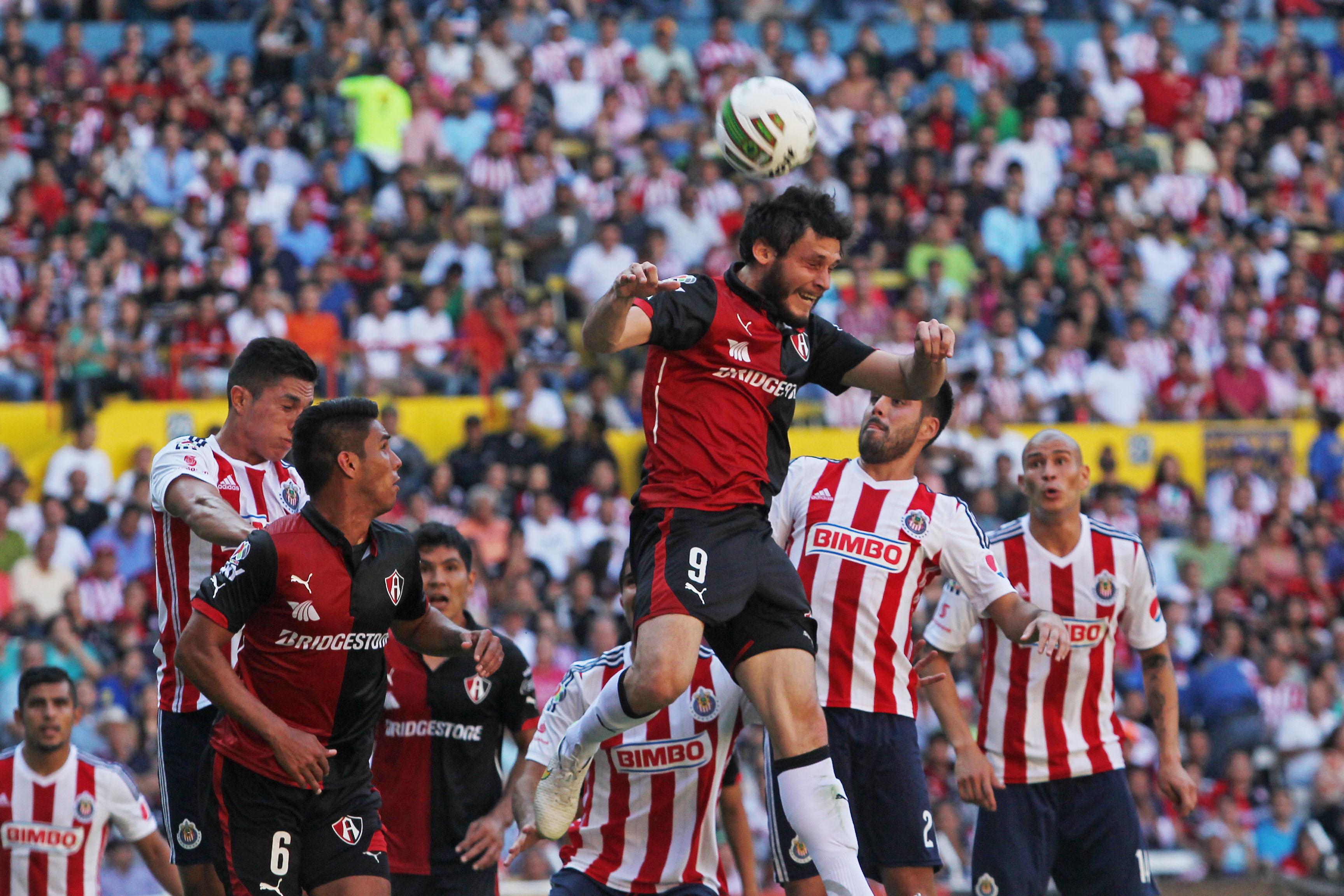 GUADALAJARA, JALISCO. 17MAYO2015.- El jugador del Atlas Luis Caballero, disputa un  balón frente al contrario de Chivas Néstor Vidrio, esto en partido correspondiente a la vuelta de los Cuartos de Final del Torneo Clausura 2015 de la Liga MX, en donde se enfrentan los equipos de las Chivas de Guadalajara frente a las Zorros del Atlas, en partido que se juega en el Estadio Jalisco.FOTO: FERNANDO CARRANZA GARCIA / CUARTOSCURO.COM