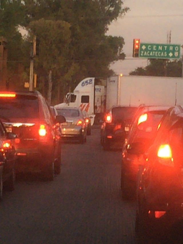 Chofer de @Trucka_Oficial provoca caos vial en Héroe de Nacozari y Canal Interceptor