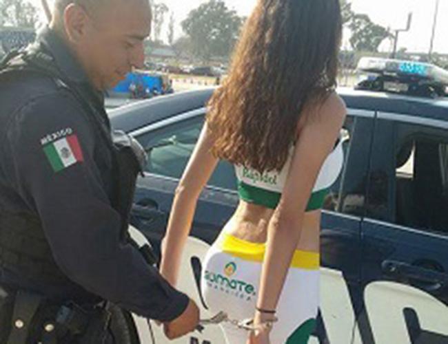 Por esposar a bella edecán, investigan a policía municipal