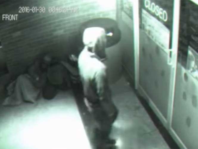 """VIDEO: Captan a """"fantasma"""" que cruza puerta en EU"""