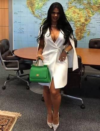 Esposa de ministro posa sexy para fotos en oficina de su marido y se la acaban en redes