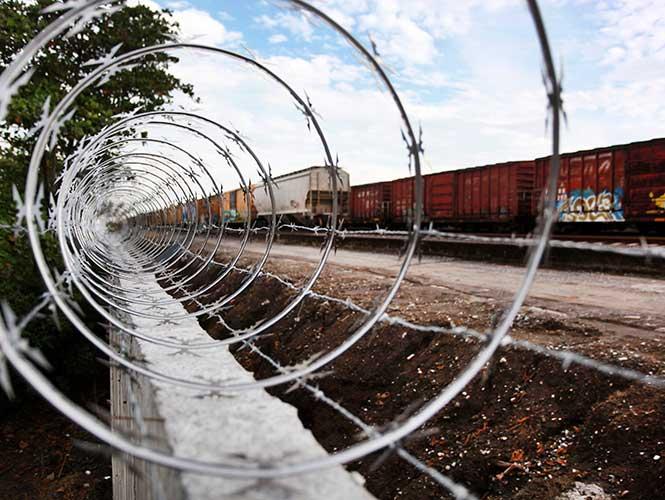 """""""Polleros"""" abandonan a niña de 2 años en frontera de Texas"""