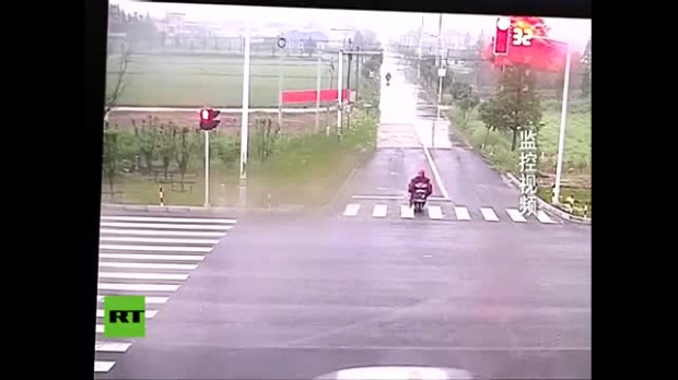 VIDEO Un chino se salva de morir aplastado
