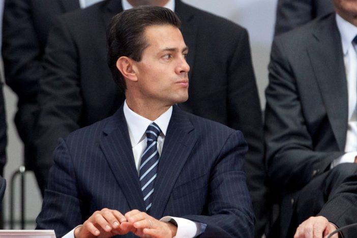 David Penchyna, Director del Infonavit, el presidente Enrique Peña Nieto y Carlos Aceves del Olmo, líder del la CTM