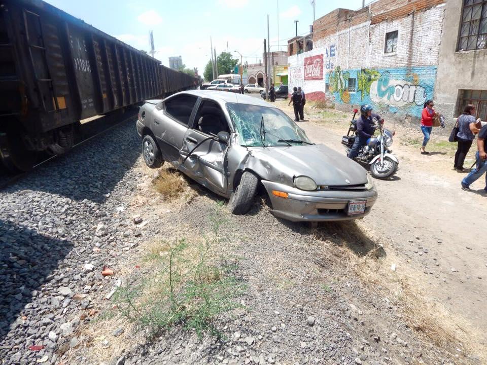 Otro imprudente conductor le quiso ganar al tren y no lo consiguió