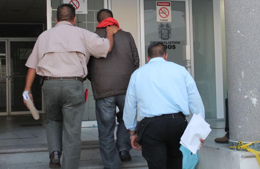 Libre, más no absuelto, policía que mató a un delincuente detenido por aplicarle llave prohibida