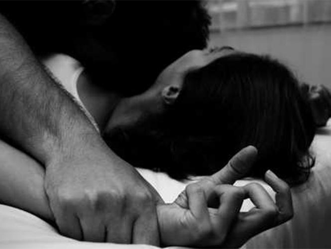 30 sujetos violan a adolescente en Brasil