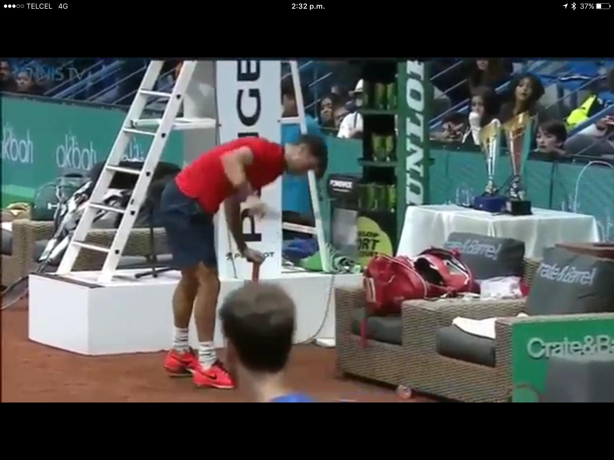Tenista enloquece y pierde final por romper 3 raquetas VIDEO