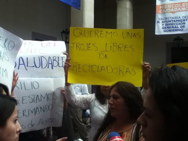 Se manifiestan vecinos de Trojes de Alonso en palacio municipal