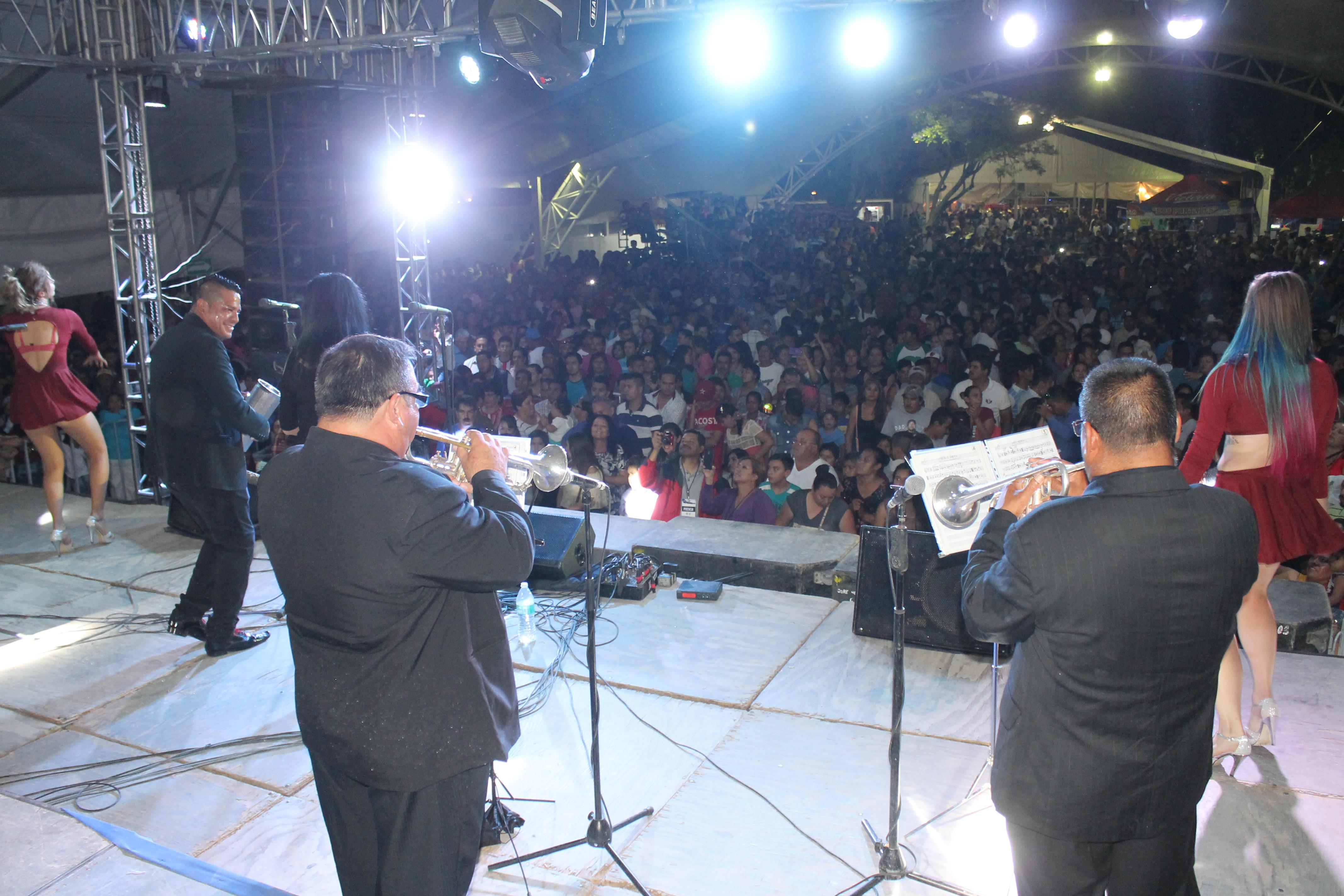Con lleno total se presentó La Sonora Dinamita en la Feria de los Chicahuales