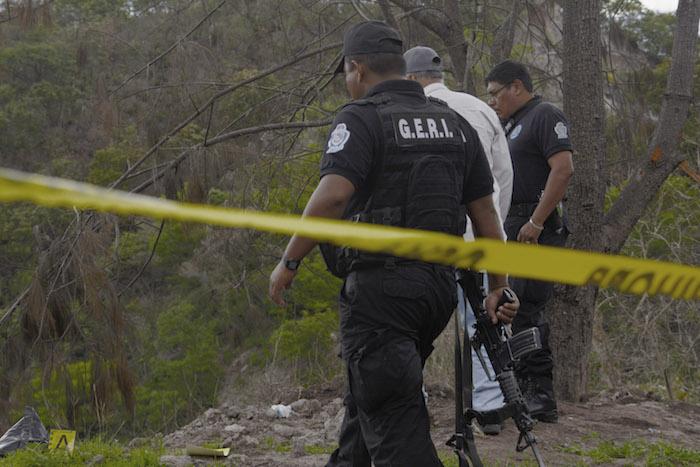 CHILPANCINGO, GUERRERO, 04JULIO2016.- En el tramo del viejo libramiento Chilpancingo-Tixtla, en el punto conocido como el Cerro Machohua, cerca del basurero en una barranca, fue localizado el cuerpo de un hombre cubierto con una bolsa negra, trascendió que se trataba del hombre que fue atacado a balazos en la Tixtla y que presuntamente en vida se llamó Gelacio Navarrete Morales y que impartió el taller de talabartería en la normal rural de Ayotzinapa ubicada en Tixtla. Al lugar del hallazgo se congregaron policías de los dos órdenes de Gobierno y el cuerpo fue trasladado por el servicio médico forense para la necropsia de ley.  FOTO: JOSÉ I. HERNÁNDEZ / CUARTOSCURO.COM