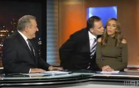VIDEO: Intenta besar a presentadora en vivo y esta lo rechaza