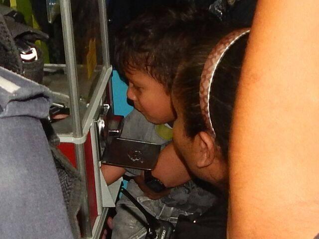 Niño metió la mano a la maquinita de los dulces y quedó atrapado