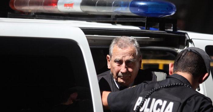"""MON01-MONTEVIDEO (URUGUAY) 24/03/2011. El exdictador uruguayo Gregorio ¡lvarez (i), es conducido hoy, jueves 24 de marzo de 2011, a un juzgado de Montevideo (Uruguay). ¡lvarez fue trasladado desde la c·rcel donde cumple condena por """"reiterados delitos de desapariciÛn forzada"""" hasta el despacho del juez Juan Carlos Fern·ndez Lecchini, quien le comunicar· su resoluciÛn en el caso de Robert Luzardo, un militante del guerrillero Movimiento de LiberaciÛn Nacional-Tupamaros. EFE/Iv·n Franco"""