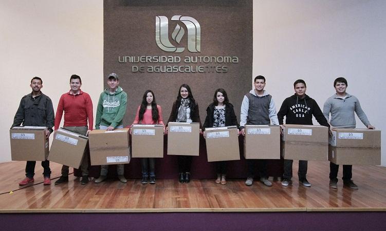 Entrega la UAA equipos de cómputo a estudiantes becados