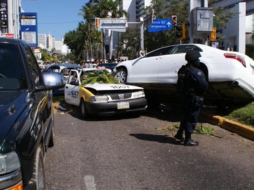 G14041086.JPG ACAPULCO, Gro.-Violencia-Guerrero. Un enfrentamiento entre dos presuntos grupos de la delincuencia organizada, en plena zona turística de este puerto, deja un saldo preliminar de cinco muertos y varias personas heridas. EGV. Foto: Agencia EL UNIVERSAL.