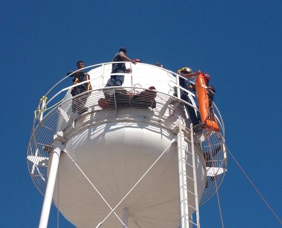 Bomberos rescatan a trabajadores que daban mantenimiento a tanque elevado