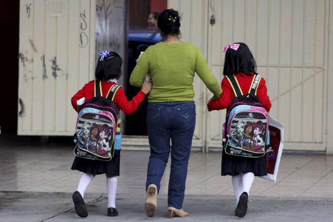 OAXACA, OAXACA, 19AGOSTO2013.- Padres de familia y alumnos salieron desde temprana hora para legar a sus escuelas, sin embargo por el paro indefinido de labores acordado por la Sección 22 adherida a la Coordinadora NAcional de los Trabajadores de la Educación (CNTE), algunas escuelas permanecieron cerradas, en otras los maestros informaron del paro y en unas pocas entregaron los útiles y uniformes escolares. En la escuela primaria Andrés Portillo los maestros se presentaron a impartir clases sin embargo, fueron pocos los niñoss que llegaron, por lo que se decidió solo entregar los útiles. FOTO: ARTURO PÉREZ ALFONSO /CUARTOSCURO.COM