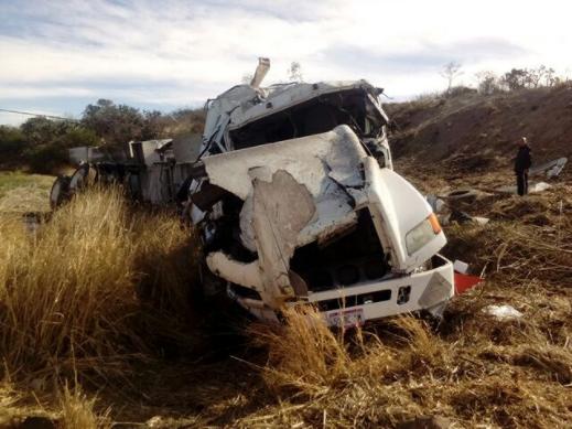 Vuelca pipa cargada con aceite en carretera Encarnación de Díaz-Ags