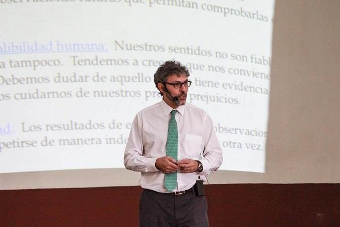 Físico de la UNAM imparte conferencia sobre la educación en México en Aguascalientes