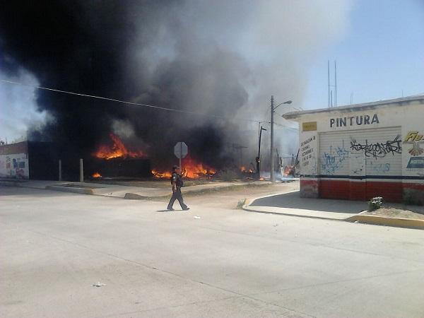 Bomberos sofocan incendio en almacén de remolques en el Fracc. La Soledad