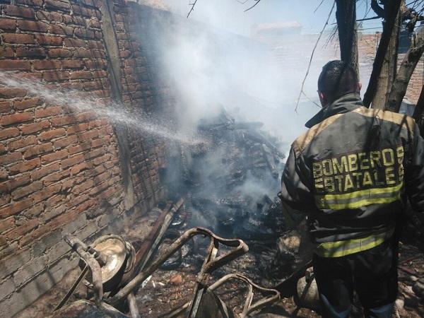 Andaba preparando la comida con leña y se incendió su casa en Rincón de Romos