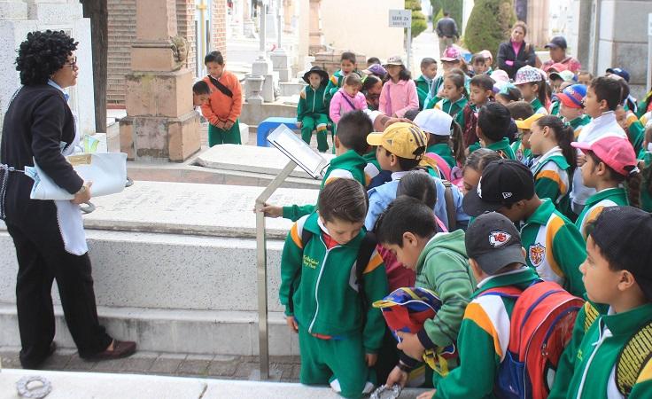 Inician recorridos infantiles a panteones municipales de Ags.