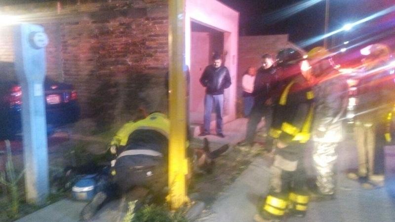 Municipales rescatan a hombre cuando su casa se incendiaba en SFR