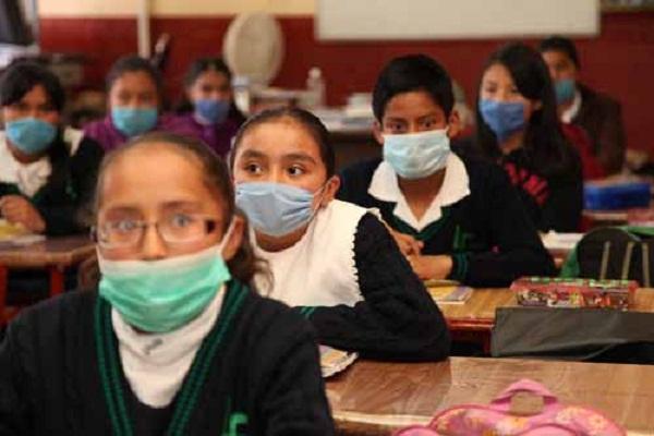 73.-Estudiantes de nivel básico comenzaron a usar cubre bocas y gel anti bacterial como medida precautoria  ante un posible rebrote de la influenza AH1N1.   foto Jorge Alvarado