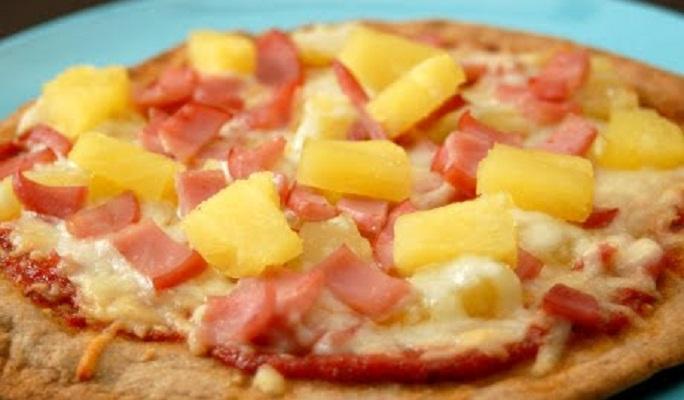 Presidente de Islandia busca prohibir la piña como ingrediente en las pizzas
