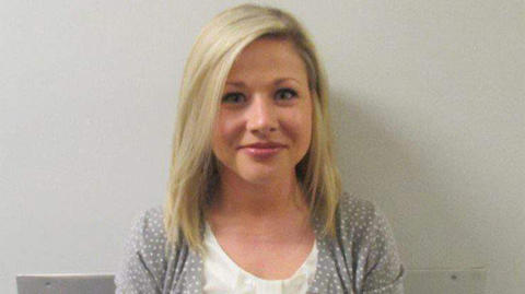 Maestra sonríe en ficha policial tras arresto por tener sexo con un estudiante