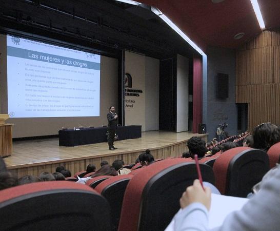 Egresado de la UAA, miembro de la ONU da conferencia sobre adicciones