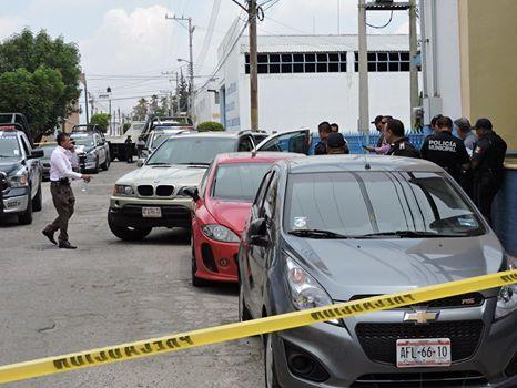 Siguen pegando los asaltantes de cuentahabientes, pero chocaron el auto