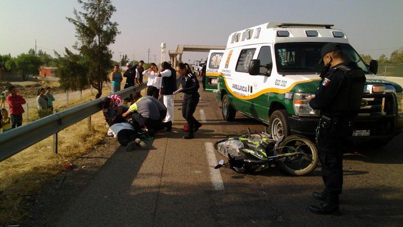 Dos lesionados por caída de motocicleta en la carretera 45