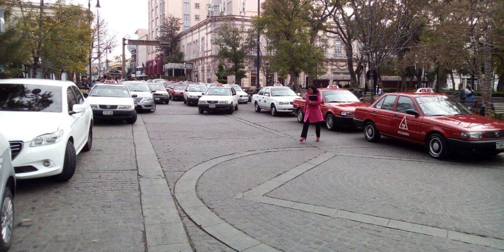 Taxistas se manifiestan en contra Ley de Movilidad y UBER en Ags