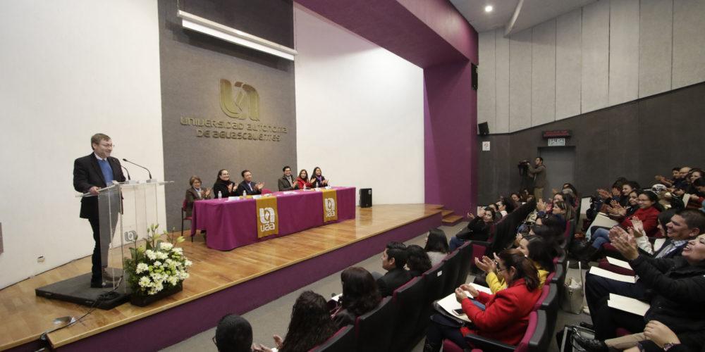 UAA entrega constancias a 130 educadoras del IEA que participaron en programa de bilingüismo