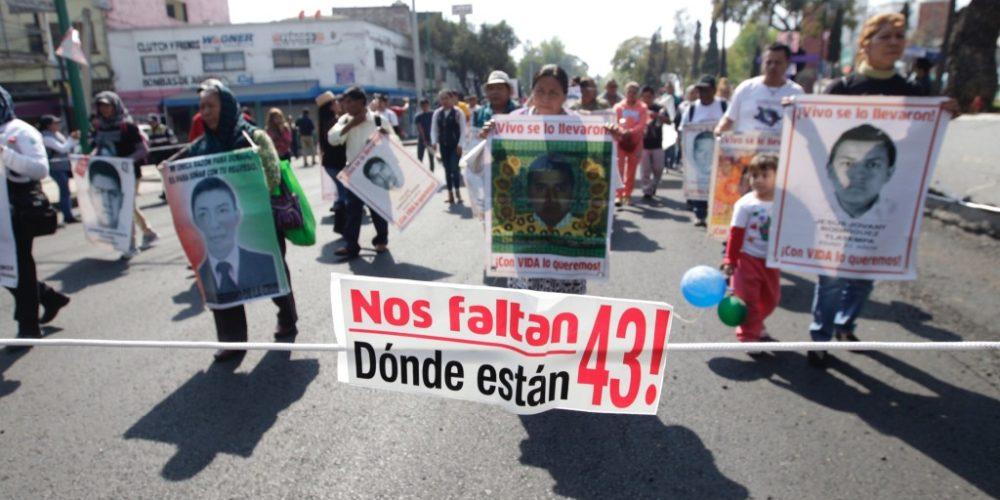 Padres de los 43 irrumpen en mitin de Ángel Aguirre