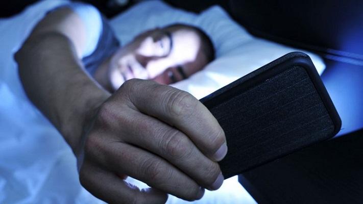¿Por qué es peligroso dormir con el teléfono celular a un lado?